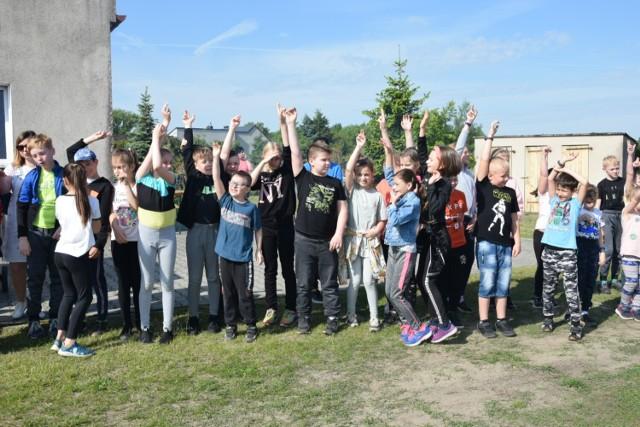 Przy miejscowej kaplicy na mini festynie spotkało się około 70 dzieci z klas I-III oraz wioski.