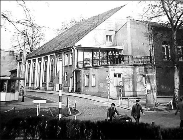 """Powiatowy Dom Kultury w Gubinie (po likwidacji powiatu gubińskiego w 1961 roku - Miejski Dom Kultury). Mieścił się w okolicach dzisiejszej ulicy Różanej, ówczesnej ul. Wilhelma Piecka. Mieściło się tam między innymi kino """"Koral""""."""