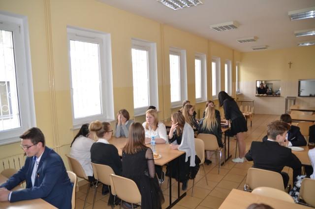 33. uczniów pisało dziś egzamin gimnazjalny w Szkole Podstawowej w Czerniejewie. Od godz. 9.00-10.00 odbywał się egzamin z WOS-u i historii, o godz. 11:00 - egzamin z zakresu języka polskiego.   Jutro (11 kwietnia) odbędzie się część matematyczno-przyrodnicza: 9:00 - egzamin z zakresu przedmiotów przyrodniczych, 11:00 - egzamin z zakresu matematyki  12 kwietnia z kolei odbędzie się ostatni egzamin gimnazjalny: z języka obcego: 9:00 - egzamin na poziomie podstawowym; 11:00 - egzamin na poziomie rozszerzonym