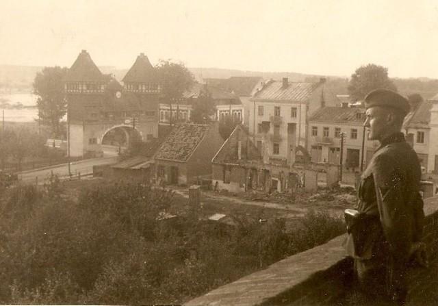 """Widok na Wisłę i bramę mostową spod kościoła """"na górce""""."""