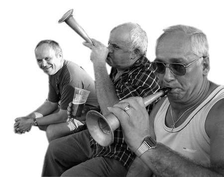 Doping na stadionie był bardzo gorący. Kibicują (od prawej) Teofil Dulęba, Bronisław Wardyński i Krzysztof Tomaszek.  Foto: WOJCIECH TRZCIONKA