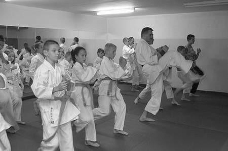 Tomasz Byjos w czasie treningu z adeptami karate.