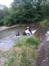 Samochód wpadł do rzeki. Nietypowa akcja ratunkowa strażaków [ZDJĘCIA]