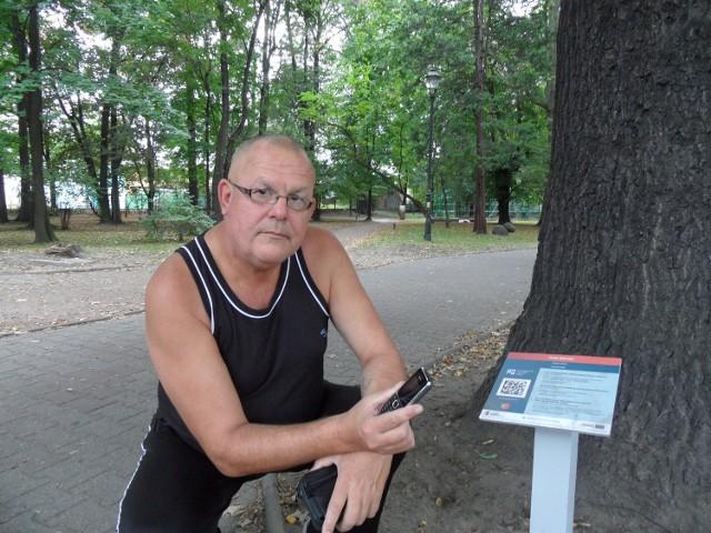 Józef Grodoń sprawdza nawigator miejski w  parku. - Jest świetny - mówi