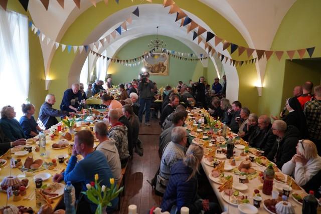 Żurek, tradycyjna biała kiełbasa, jajka - na wielkanocnym śniadaniu, które dla potrzebujących przygotował poznański Caritas nie zabrakło niczego. Było ono przygotowane dla 250 osób.