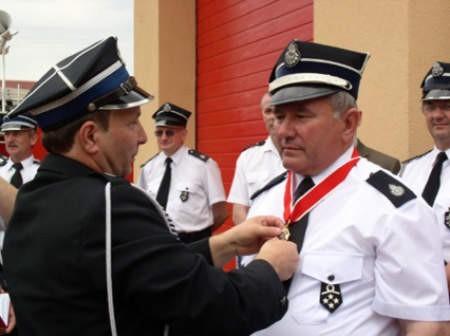 Zbigniew Stanke, prezes OSP w Wiecku otrzymał Złoty Krzyż Zasługi. Wręczył go Grzegorz Pladzyk z zarządu wojewódzkiego OSP w Gdańsku.