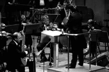 """""""Koncert"""" Edwarda Bogusławskiego wykonał gitarzysta Marek Nosal z towarzyszeniem orkiestry pod dyrekcją Małgorzaty Kaniowskiej.ZDJĘCIE: JACENTY DĘDEK"""