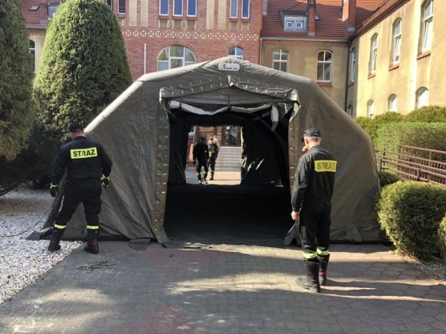 Koronawirus: Strażacy postawili namiot pneumatyczny