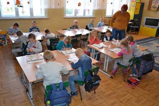 Rodzice dzieci z klas zerowych w Czarnem skarżą się na zamykane drzwi do szkoły