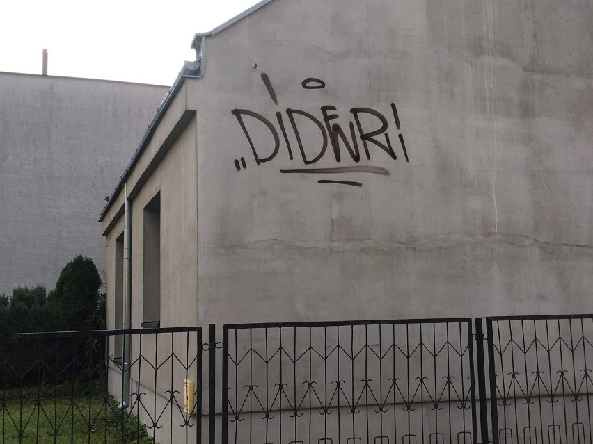 Grafficiarz grasuje na Osiedlu Jagiellońskim w Kielcach. Ucierpiało wiele budynków [ZDJĘCIA]