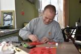 Przepiękne Walentynki od pensjonariuszy Domu Pomocy Społecznej w Sandomierzu dla przyjaciół i darczyńców. Zobacz, jak powstawały ZDJĘCIA