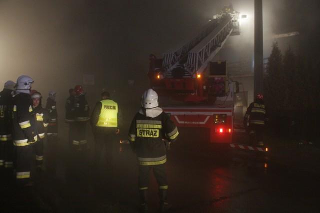 Pożar w Łazach gasiło 10 jednostek straży pożarnej.