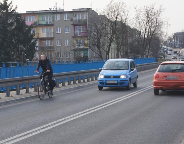 Cykliści skarżą się na niebezpieczną Brzeźnicką. Narzekają także kierowcy, którzy mają problemy z wyprzedzaniem rowerzystów