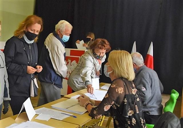 Wybory odbywają się w wyznaczonych lokalach na osiedlach. Na zdjęciu głosowanie w szkole społecznej przy ul. Gumniskiej