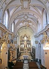 Kościół w Tyńcu sprofanowany? Uczestnik imprezy techno tańczył na ołtarzu w samych spodenkach [30.08.2020]