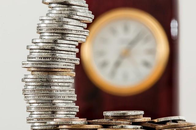 Przeciętny smartfon kosztujący 1500 złotych wymaga 78 godzin pracy przeciętnie zarabiającego Polaka i aż 165 godzin pracy osoby pracującej za minimalne wynagrodzenie.