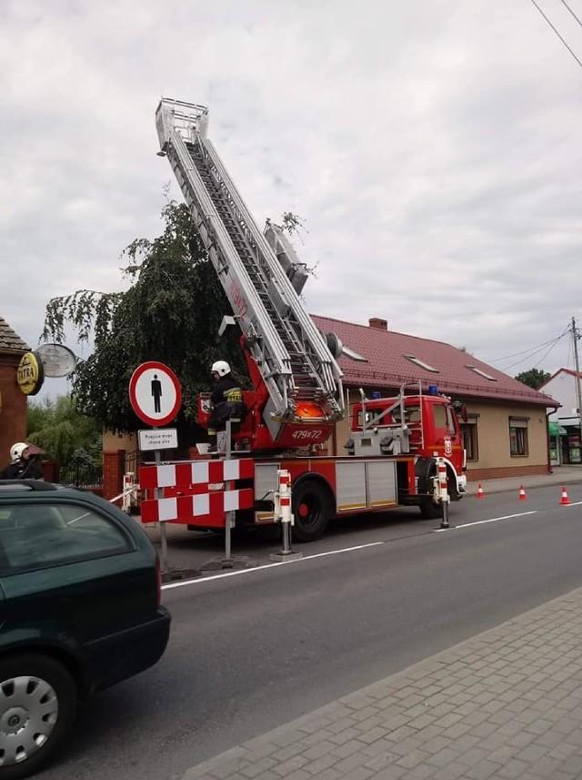Jeden z budynków stojący przy ul. Kaliskiej w Praszce grozi zawaleniem.