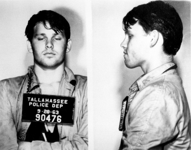 Jim Morrison (The Doors) Legendarny wokalista The Doors na koncercie 1967, przed którym miał problemy z lokalną policją, mocno nakręcony postanowił przemówić do zebranej publiczności. Wokalistę poniosło i w trakcie swojego wystąpienia postanowił pokazać przyrodzenie. Jim Morisson został aresztowany na scenie, ale zarzuty o publiczne obnażanie zostały ostatecznie wycofane ze względu na brak dowodów.