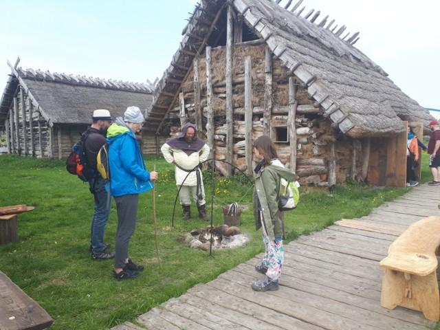 Jeden z najbardziej znanych w Polsce skansen - Centrum Słowian i Wikingów Jomsborg – Vineta Wolin jest usytuowany na nabrzeżu rzeki Dziwna. Znajduje się w nim kilkanaście obiektów. To repliki wczesnośredniowiecznego Wolina. To właśnie tu odbywa się co roku słynny Festiwal Słowian i Wikingów. W tym roku jednak się nie odbył. Zabrakło też tak dużej, jak zawsze liczby turystów.  Na pomoc przyszedł sympatyk skansenu, który zaproponował założenie konta na Patronite.  - Uznaliśmy, że to dobry pomysł, zwracamy się więc do naszych przyjaciół i sympatyków z prośbą o wsparcie, które pozwoli naszemu stowarzyszeniu i skansenowi przetrwać - móei Agnieszka gawron - Kłosowska. - Wierzymy, że razem jesteśmy w stanie zdziałać cuda.  Szczegóły akcji tu: https://patronite.pl/Centrum-Slowian-i-Wikingow