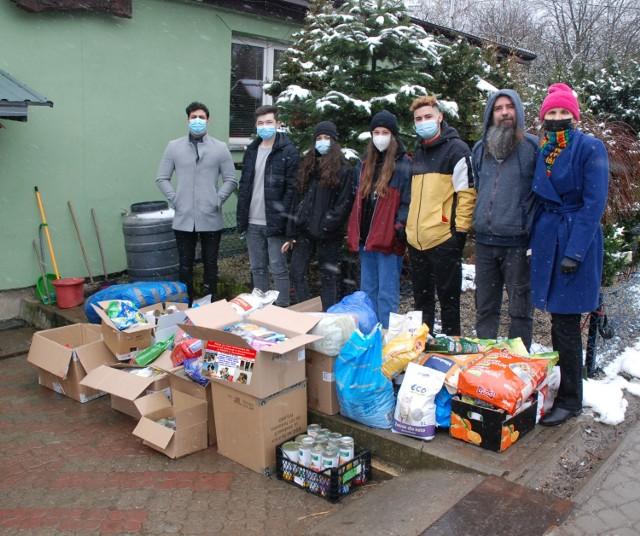 Zagraniczni studenci PWSTE w Jarosławiu kontynuują akcję pomocy dla schroniska dla psów w Orzechowcach koło Przemyśla.