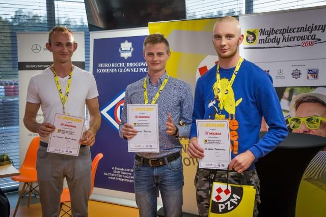 Miano pierwszego w Polsce Najbezpieczniejszego Młodego Kierowcy zdobył w sobotę, 6 października Łukasz Mackiewicz z Gdańska ( na zdj. pierwszy z prawej). Miejsce drugie zajął Szymon Pabich z Bełchatowa, a miejsce trzecie Tomasz Bieńkowski z Grębocina