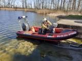 Strażacy wyłowili z jeziora osiem martwych łabędzi. Wiemy, co im się stało! [FOTO]