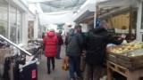 Łodzianie na zakupach, czyli sobota na łódzkich rynkach, najdłuższe kolejki po warzywa i owoce oraz po pieczywo