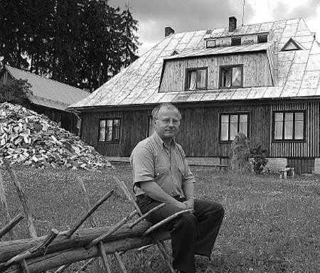 Michał Legierski przed schroniskiem na Stecówce.