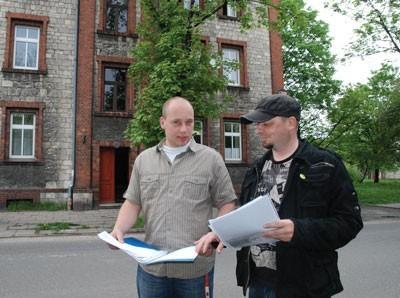 Robert Zach i Mateusz Kozieł dowiedzieli się, że płacą za ścieki według miejsiego cennika, choć ich mieszkania nawet nie są podłączone do miejskiej kanalizacji