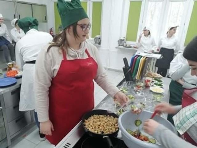 Młodzież z Zespołu Szkół w Kościelcu przygotowaławyśmienite koktajle na bazie świeżych owoców i warzyw oraz różnego rodzaju sałatki.