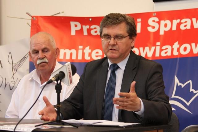 Poseł z PiS Czesław Hoc podczas konferencji prasowej w Sławnie