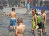 Bochnia: kurtyny wodne chłodzą mieszkańców na Rynku [ZDJĘCIA]