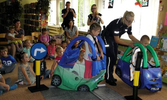 """Przedszkolaki z Mikułowic spotkały się na """"bezpiecznych wakacjach"""" z funkcjonariuszami policji w buskiej bibliotece."""