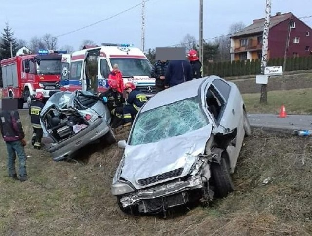 Oba samochody zostały poważnie uszkodzone a ich części rozsypały się po całej drodze