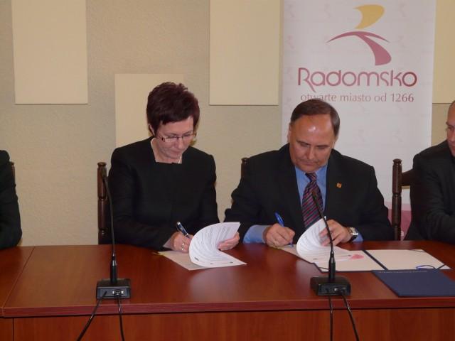 Umowę na budowę obwodnicy podpisali prezydent Anna Milczanowska i marszałek Włodzimierz Fisiak