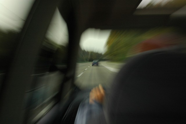 Jesteśmy wielozadaniowi. Niewielu kierowców, jadąc samochodem skupia się tylko i wyłącznie na drodze.   Oto najczęstsze i najbardziej niebezpieczne rzeczy, które kierowcy robią, siedząc za kółkiem.  Zobacz je na kolejnych slajdach >>>>>