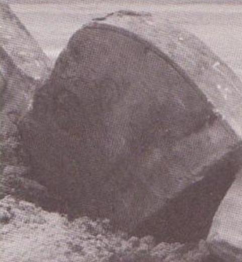 Kwiecień 2011, ul. Szkolna w Nowej Wsi - odzyskiwanie macew użytych przez okupantów hitlerowskich do budowy krawężnika. Fot. Ł. Majchrzak
