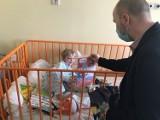 Zajączek przykicał do najmłodszych pacjentów szpitala w Słupsku. Świetna akcja!