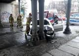 Wrocław. Samochód uderzył w filar wiaduktu kolejowego [ZDJĘCIA]