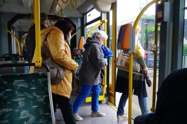 Cały czas obowiązuje, również w środkach komunikacji miejskiej, nakaz zakrywania ust i nosa