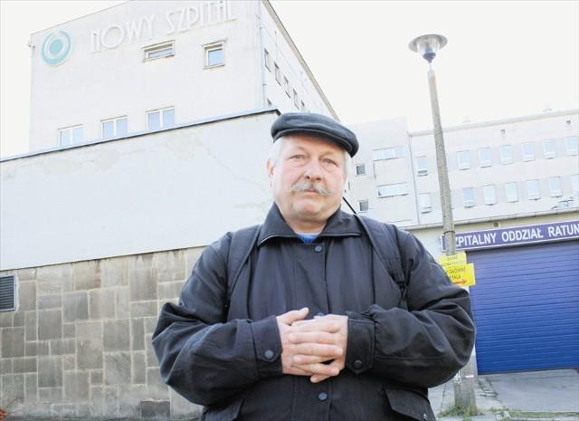 Eugeniusz Skorus z Olkusza od wielu lat jest pacjentem poradni bólu szpitala w Olkuszu. Ma zabiegi na niesprawne i obolałe dłonie.