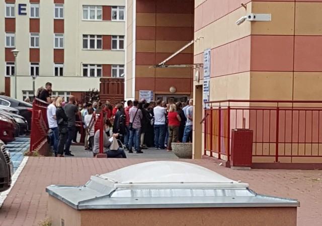 Przed drzwiami budynku grudziądzkiego szpitala, w którym mieszczą się punkty szczepień przeciw COVID-19, stało po kilkadziesiąt osób. W środku: na schodach i na korytarzu było ich kilkaset.