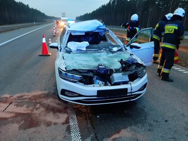 Zderzenie na autostradzie A1 za Woźnikami. Samochód osobowy został mocno zniszczony