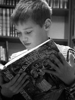 10-letni Michał Wójcik wstąpił do biblioteki oddać książki. Przy okazji przeczytał fragment epopei Mickiewicza.
