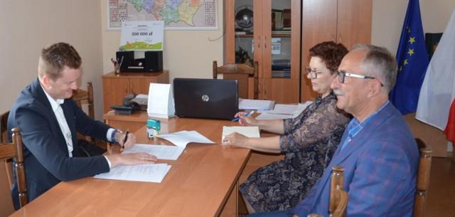 Gmina podpisała umowę na przebudowę drogi w miejscowości Toporzyszczewo - Toporzyszczewo Stare z firmą Inżynieryjno Drogowa DROGTOM Sp. z o.o. z Włocławka