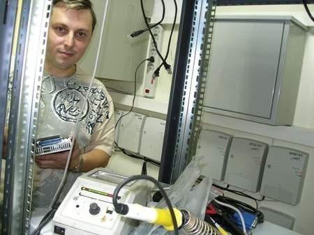 Roman Ganski z Gdańska podczas budowy systemu teleinformatycznego w Centrum Powiadamiania Ratunkowego.