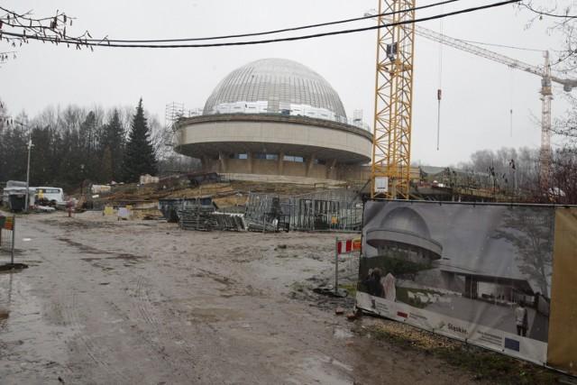 Modernizacja i rozbudowa Planetarium Śląskiego Powstanie Planetarium - Śląski Park Nauki. Po zakończeniu robót budowlanych i wyposażeniu obiektu w urządzenia specjalistyczne planetarium wzbogaci się o nowy budynek o powierzchni ponad 2,5 tysiąca mkw. Większa jego część będzie się mieścić pod ziemią. W zabytkowym budynku planetarium zostanie zmodernizowana   główna sala projekcyjna, wymienione zostaną fotele, ekran, system dźwiękowy oraz projekcyjny. Nowa część obiektu będzie połączona ze starą podziemnymi korytarzami.  Prace planowo mają zakończyć się pod koniec 2021 roku. Zobacz kolejne zdjęcia/plansze. Przesuwaj zdjęcia w prawo - naciśnij strzałkę lub przycisk NASTĘPNE