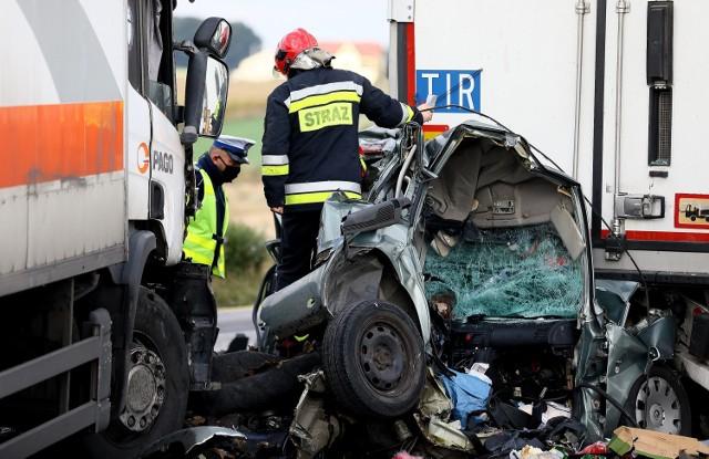 Śmiertelny wypadek na A1 w Gąskach pod Piotrkowem: Tiry zmiażdżyły osobową skodę