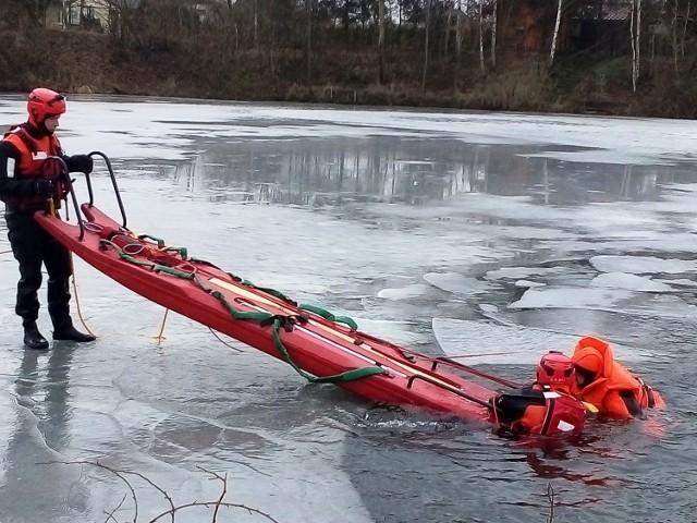 Strażacy z Bielska-Białej ćwiczyli w Kaniowie ratowanie osób z lodowatej wody, pod którymi załamał się lód