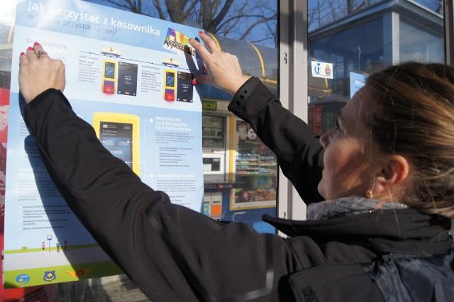 Instrukcje, jak płacić po nowemu za bilety, rozwieszano w piątek na przystankach i w autobusach